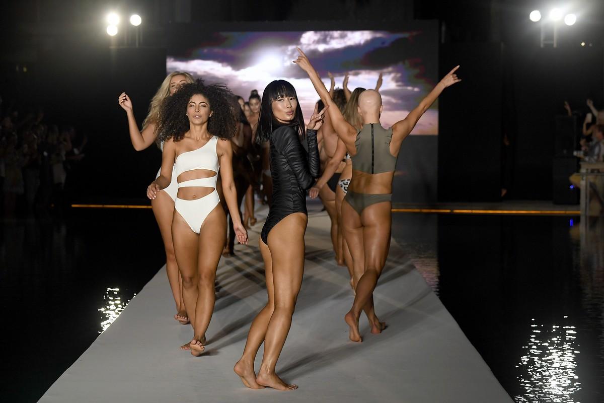 Горячие модели в купальниках на Miami Swim Week 2019