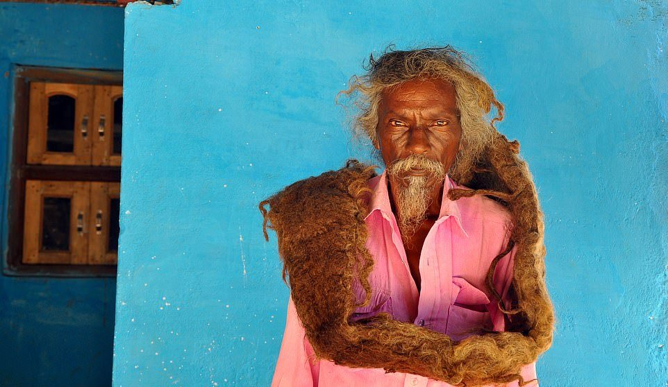 Индиец уже 40 лет не стрижет и не моет волосы