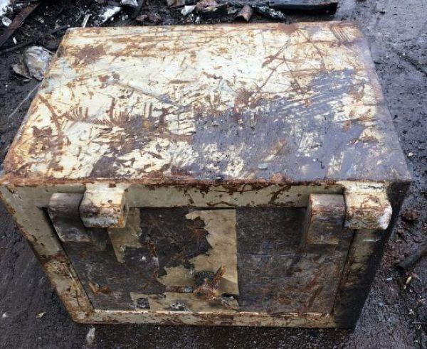 На свалке нашли старый запечатанный сейф с сюрпризом