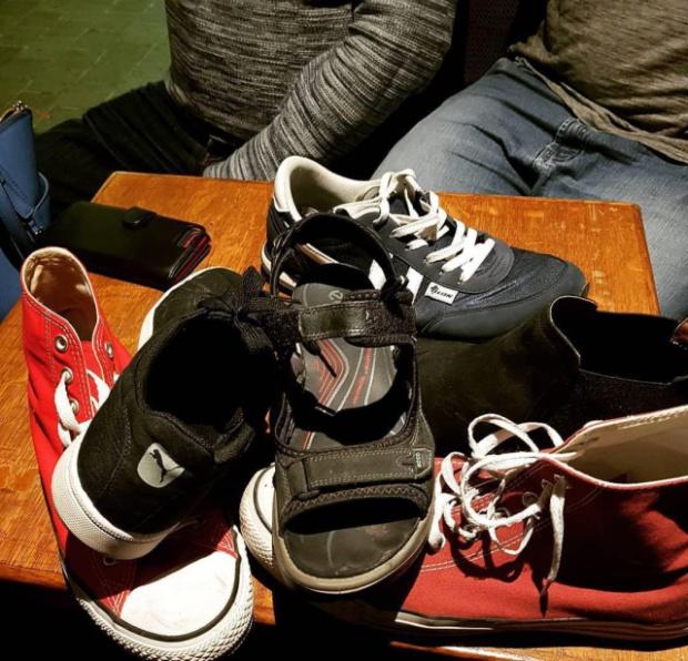 Странные вещи с ботинками в одном из баров Бельгии