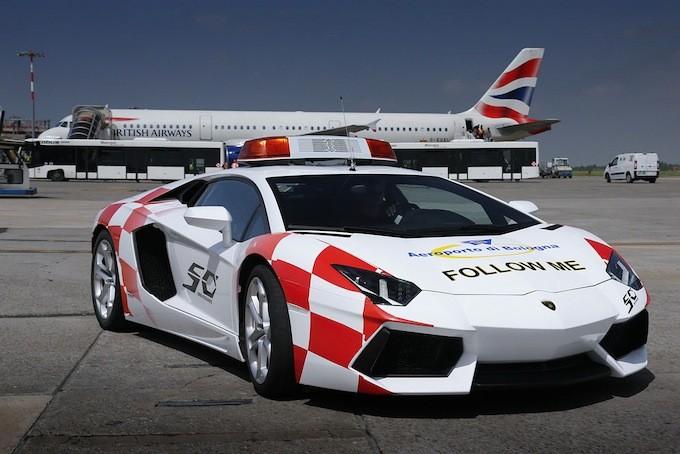 Суперкар Lamborghini Aventador на службе аэропорта Болоньи