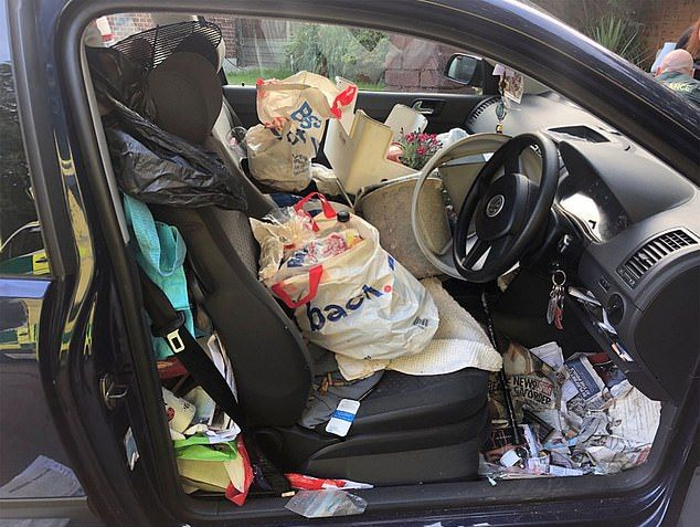 Водитель за рулем Volkswagen врезался в машину из-за свинарника в салоне