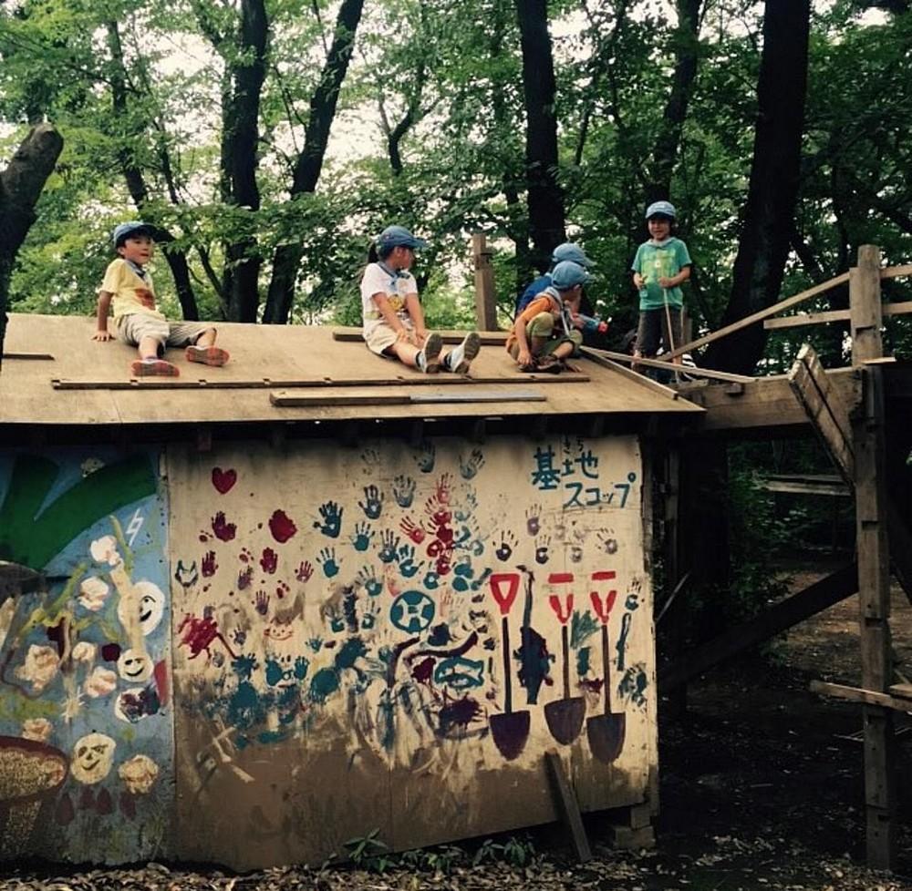 Детский парк в Токио, где можно лазить по крышам, пилить, копать и жечь костры