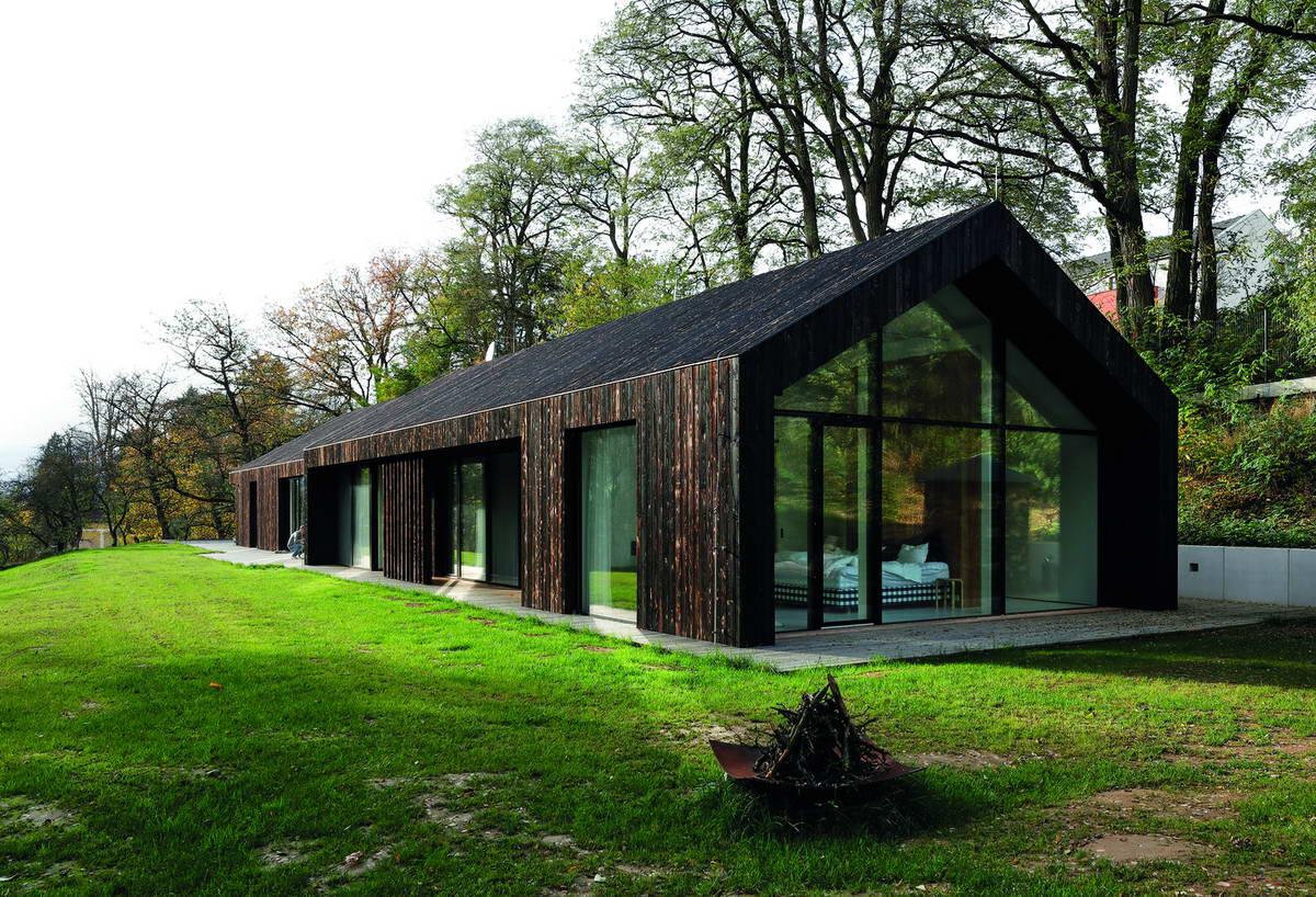 Двойной семейный дом из обожжённой лиственницы в Чехии