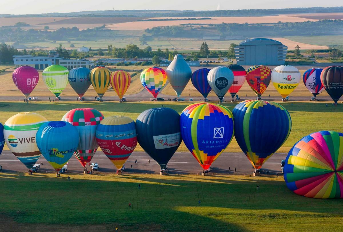 Сотни воздушных шаров на фестивале во Франции