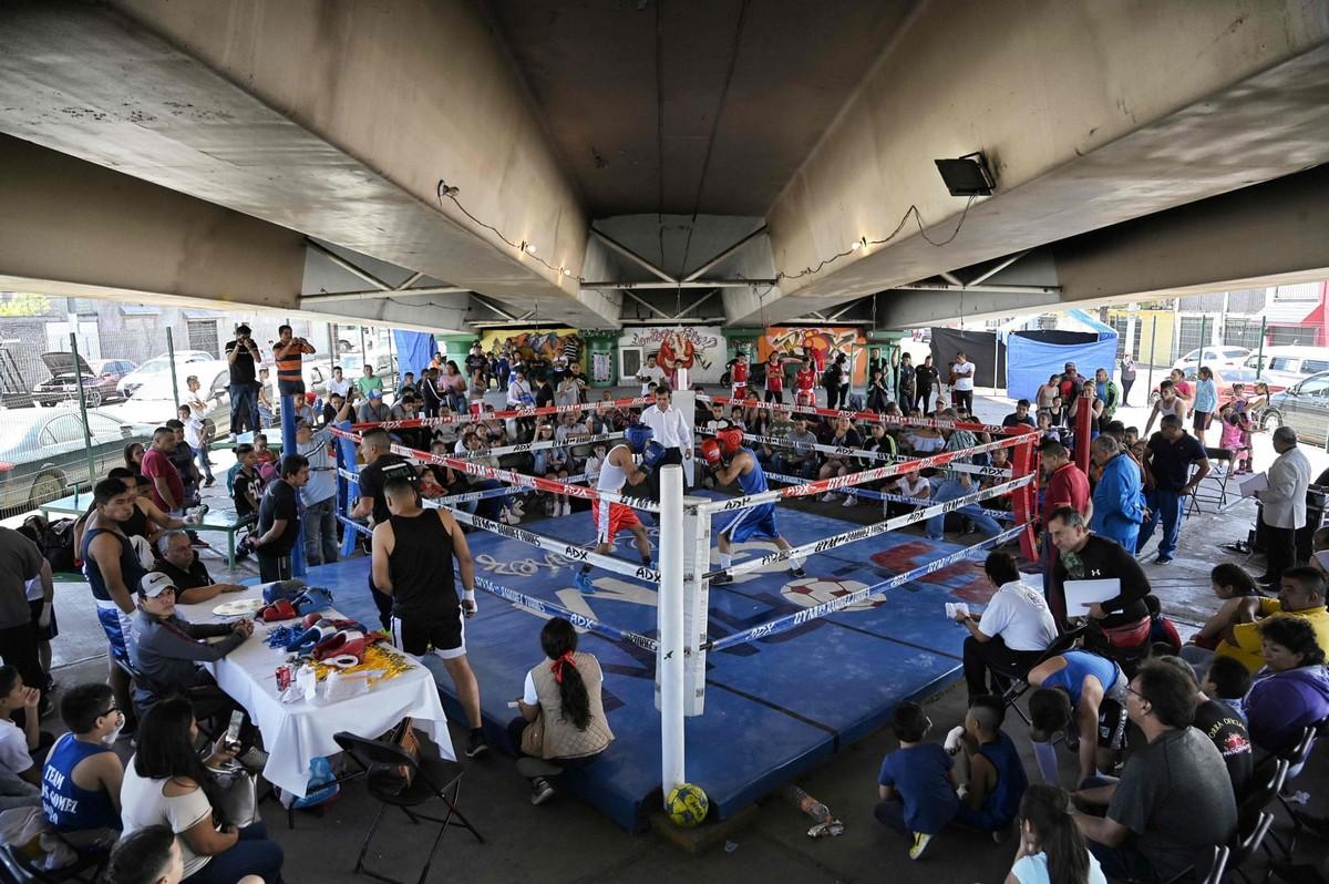 Зал для бокса под мостом в Мексике