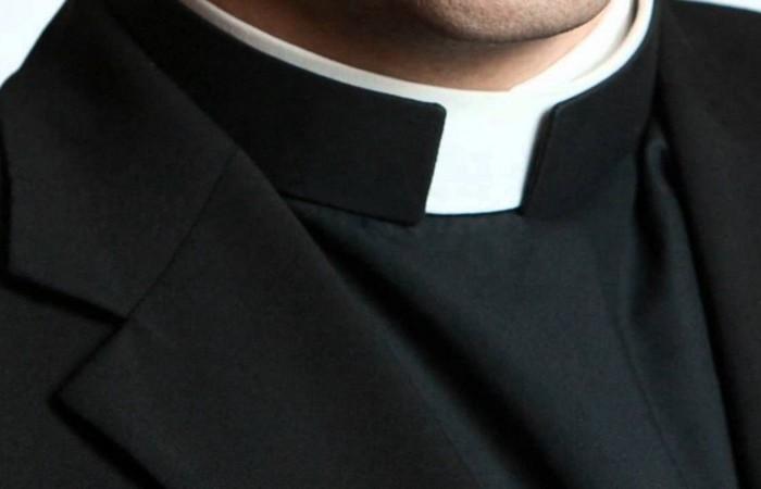 Для чего католическим священникам белый воротничок