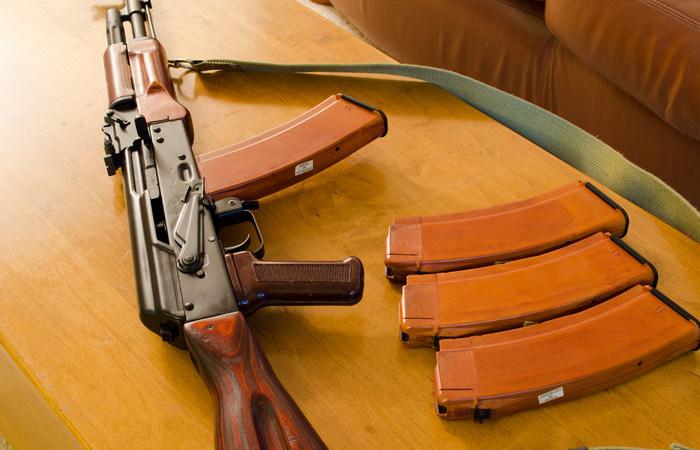 Для чего в магазине АК-74 есть небольшое отверстие