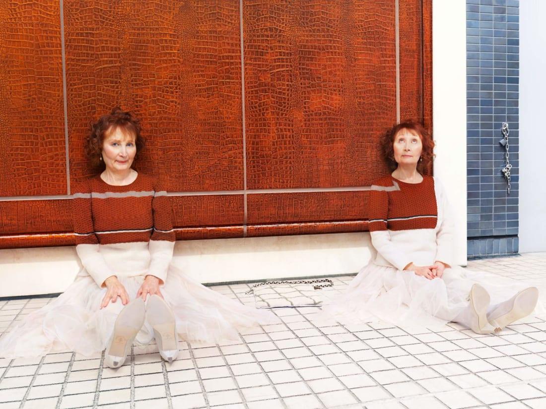 Фотограф одел людей, животных и фрукты в «невидимые свитеры»