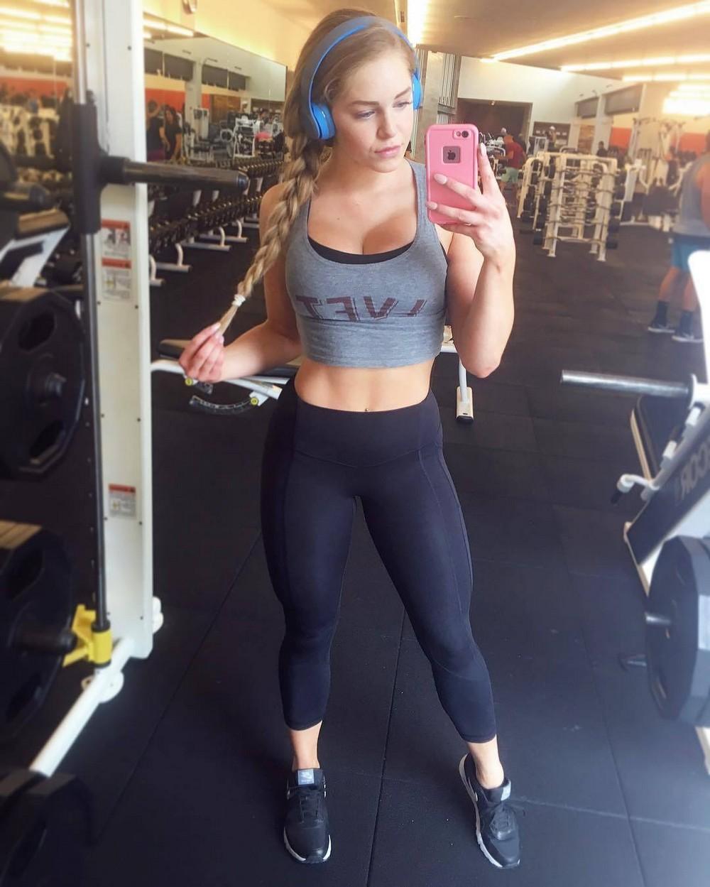 Красивые девушки в спортивных бюстгальтерах
