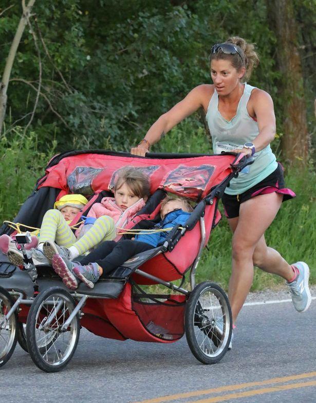Мать пробежала марафон, толкая коляску с 3 детьми