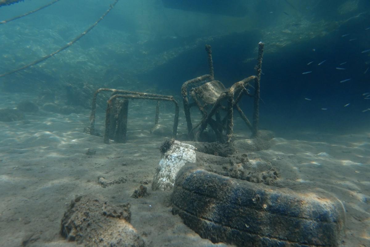 Мусор на морском дне в Греции