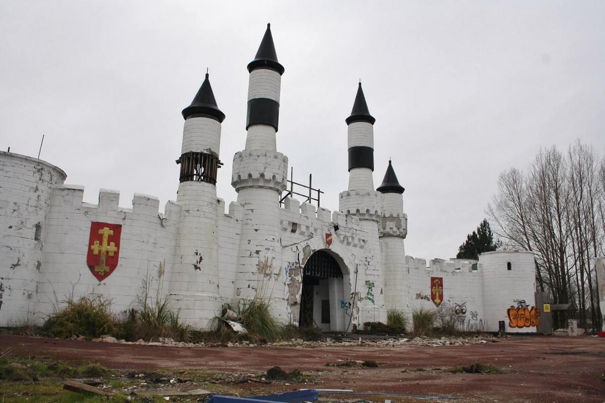 Остатки заброшенного тематического парка Camelot в Великобритании