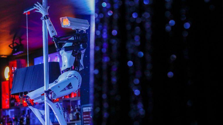 В ночном клубе на пилоне танцуют роботы на каблуках