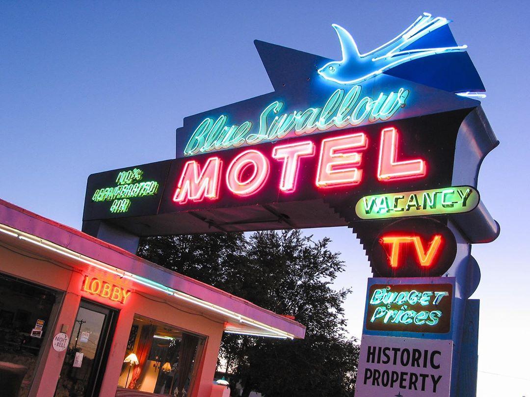 Вывески придорожных отелей США на снимках Тима Андерсона