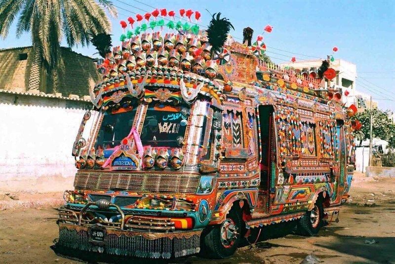 Яркий дизайн автомобилей в Пакистане