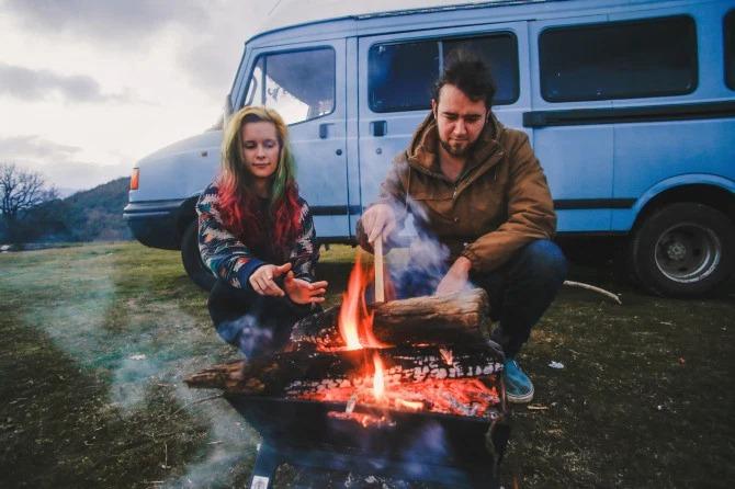 Пара из Корнуолла превратила минивэн в уютный дом и ездит в нем по миру