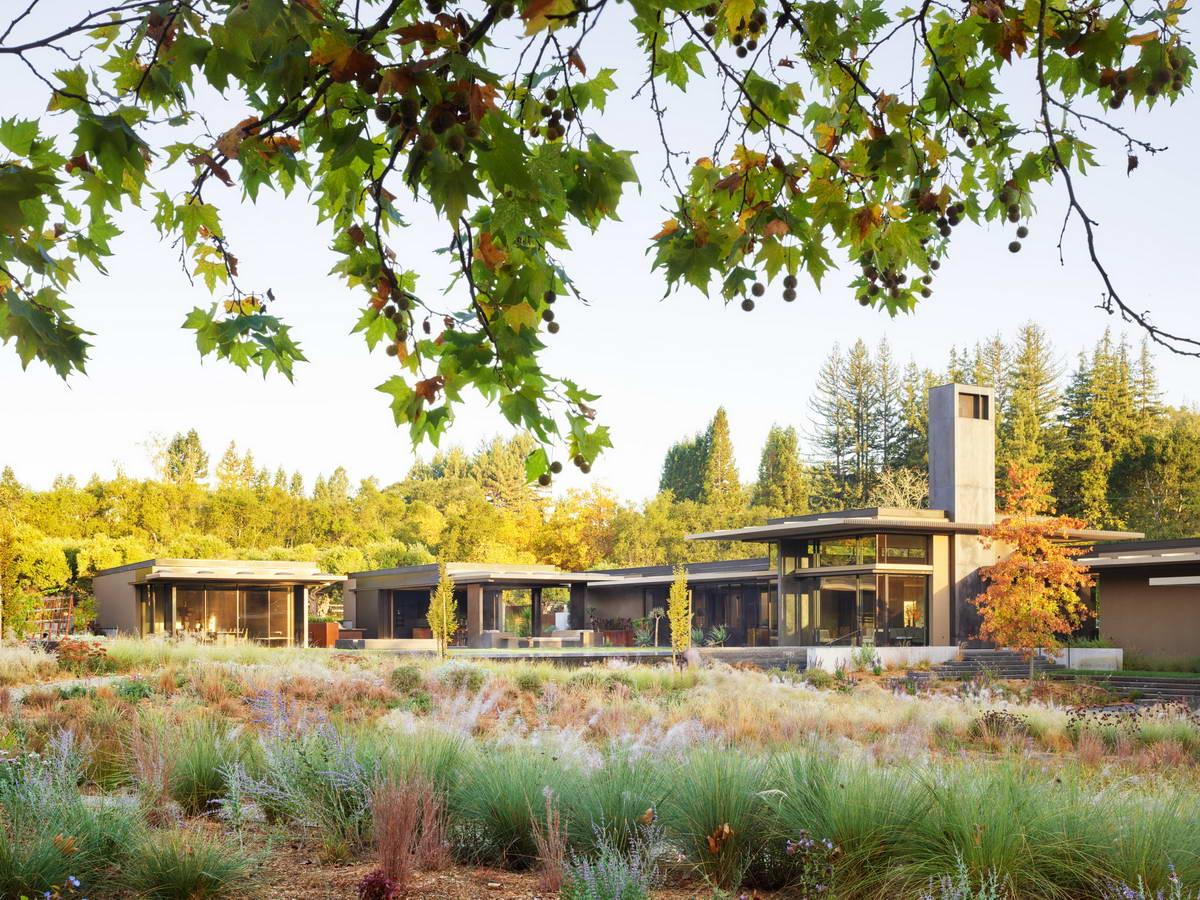 Семейный дом на лугу в Калифорнии
