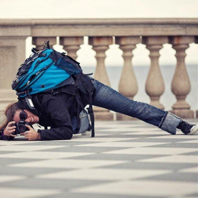 Девушки-фотографы пытаются сделать хороший кадр