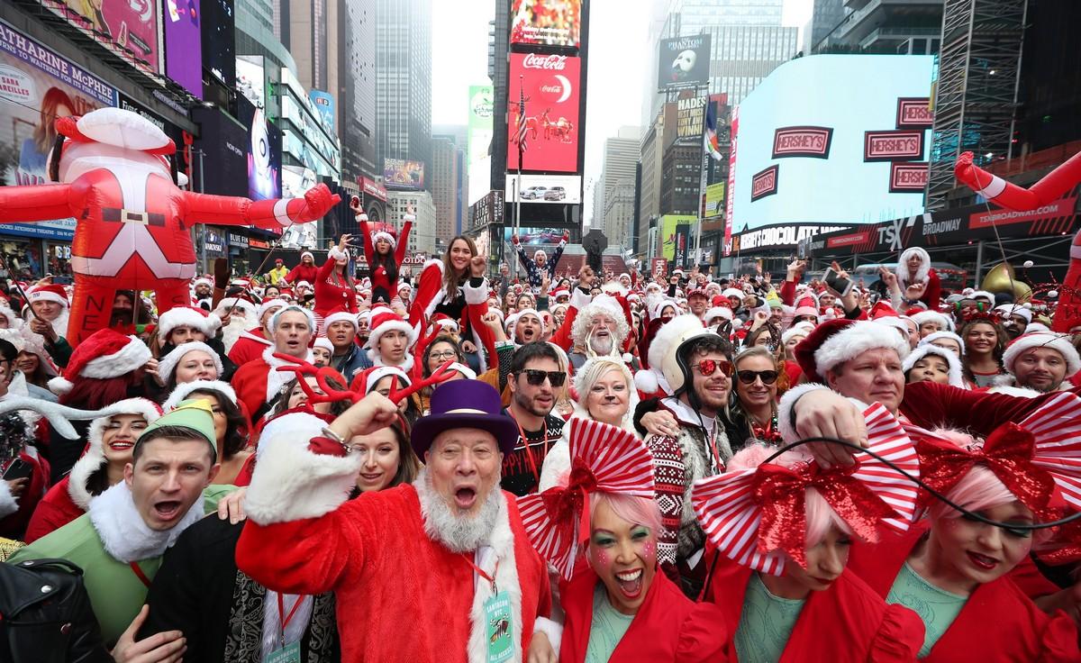 Люди надели костюмы Санта-Клауса для ежегодного СантаКона