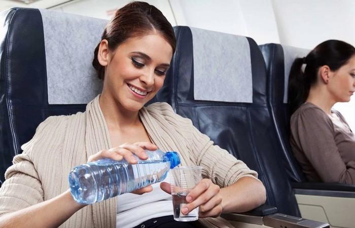 Почему на борт самолета запрещают проносить жидкость