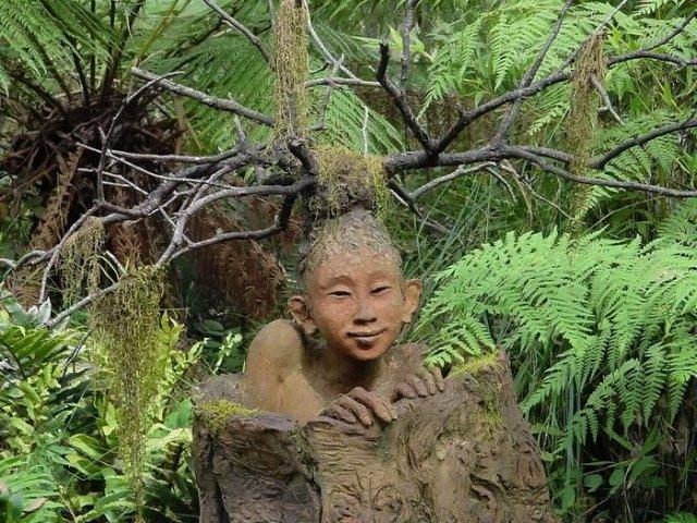 Причудливые скульптуры в лесу