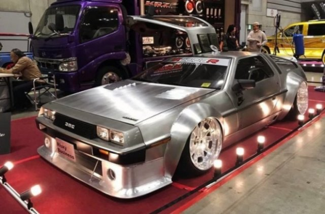 Широкий и низкий тюнингованный DeLorean DMC-12
