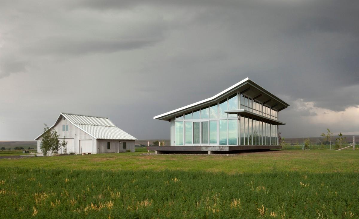 Стеклянный сельский дом посреди поля в США