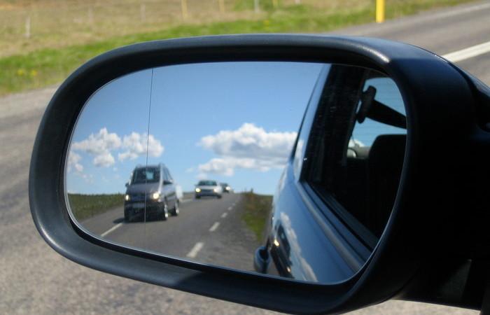 Вертикальная черта на боковом зеркале автомобиля