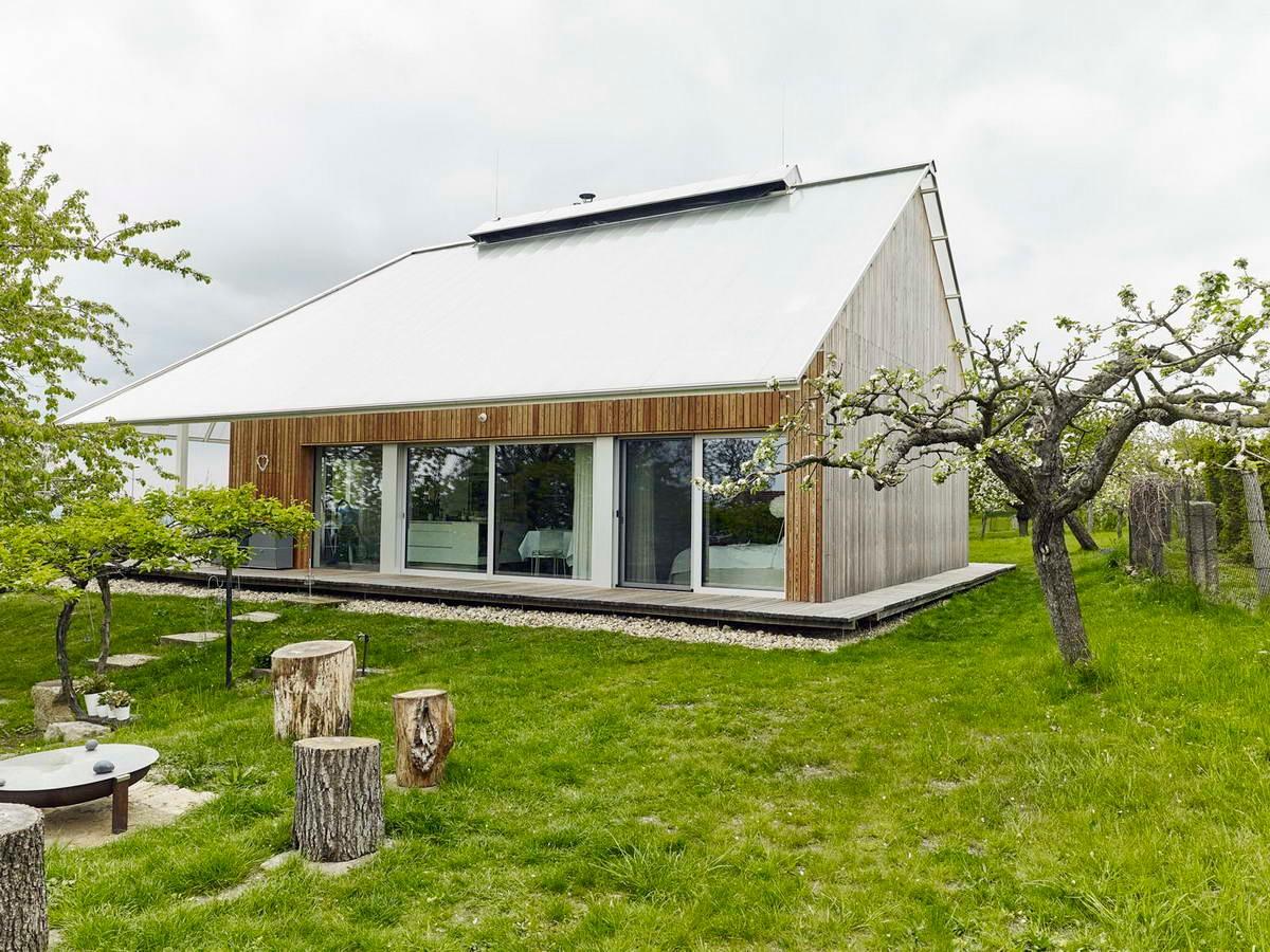 Деревенский дом с теплицей на крыше в Чехии
