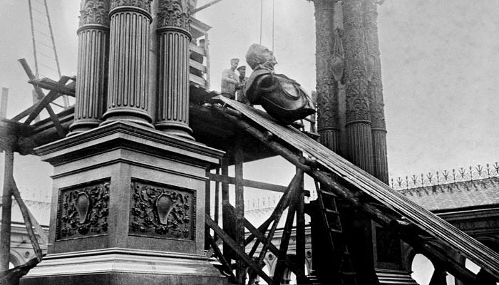 Как большевики воевали с памятниками и уничтожали следы царской власти