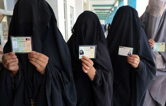 Как проходят паспортный контроль мусульманки с закрытыми лицами