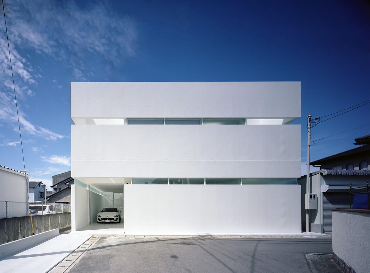 Минималистский белый дом с комнатой для автомобиля в Японии