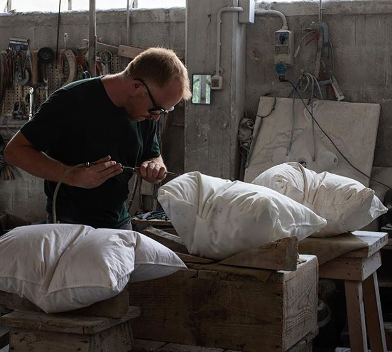 Реалистично выглядящие подушки, которые высечены из мрамора