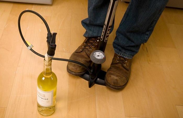 Способы открыть вино, если под рукой нет штопора
