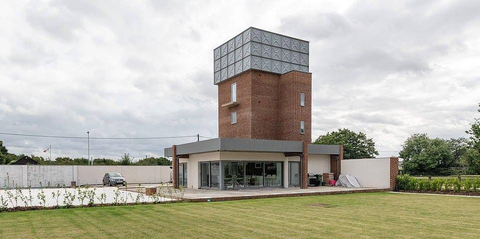 Старую водонапорную башню превратили в современный особняк