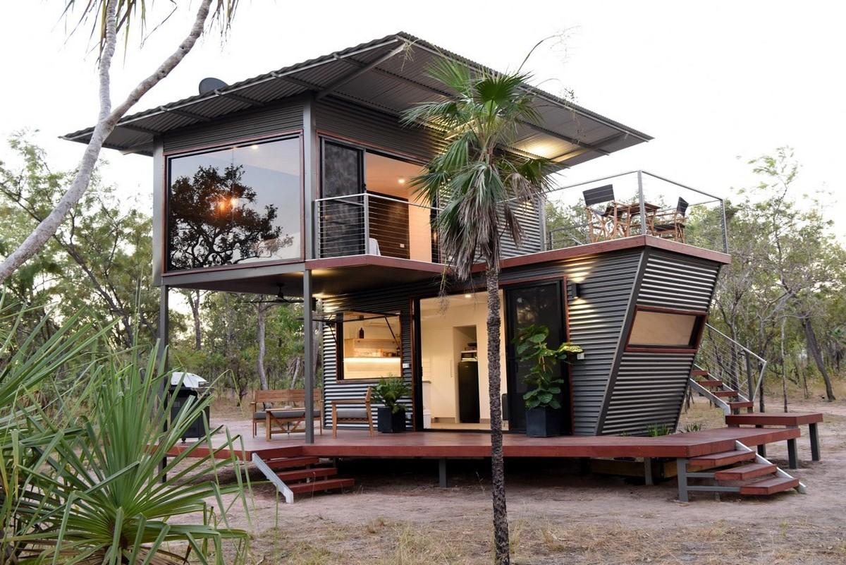 Двухэтажный дом с панорамным видом из старых транспортных контейнеров