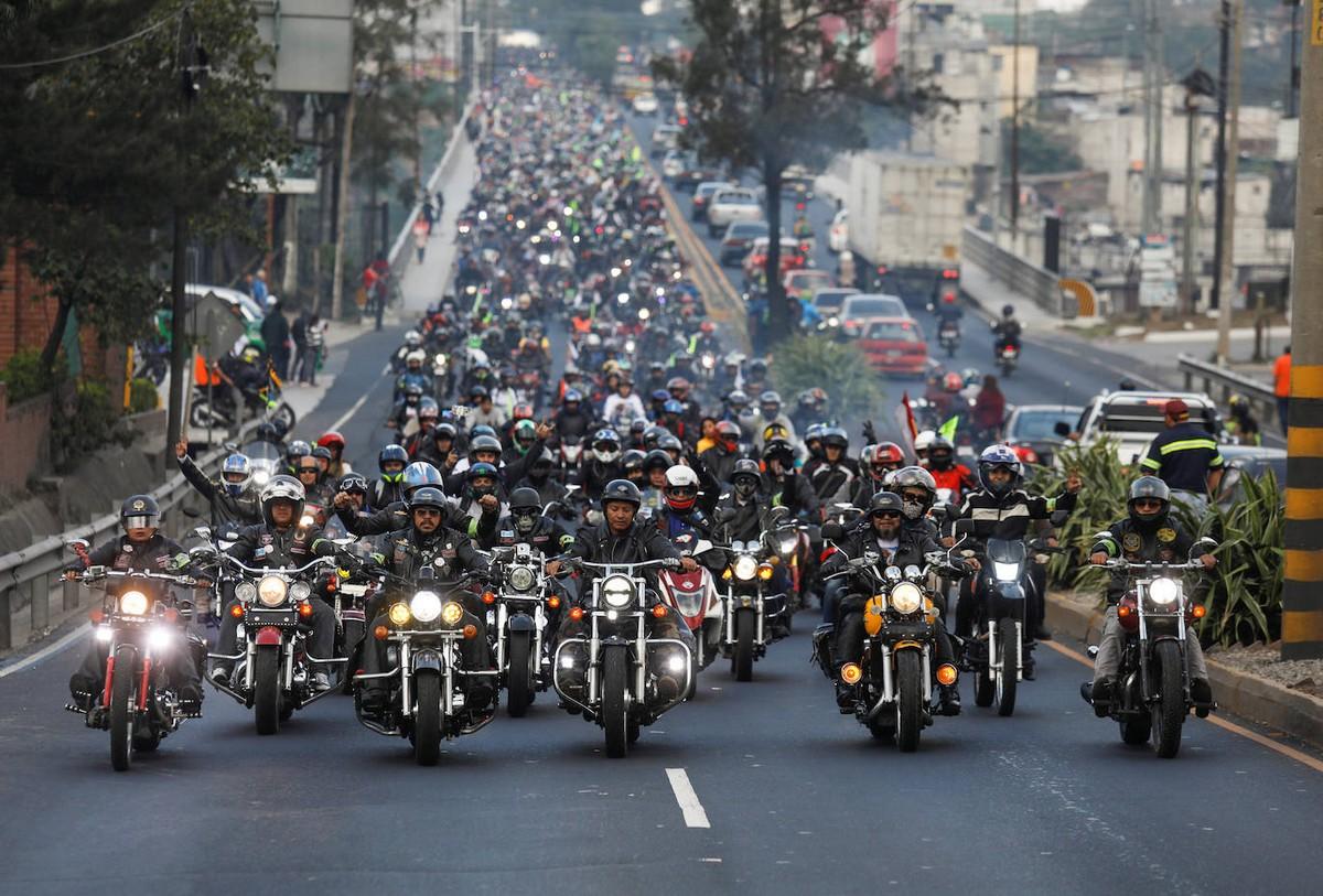 Массивный караван байкеров в честь Черного Христа в Гватемале