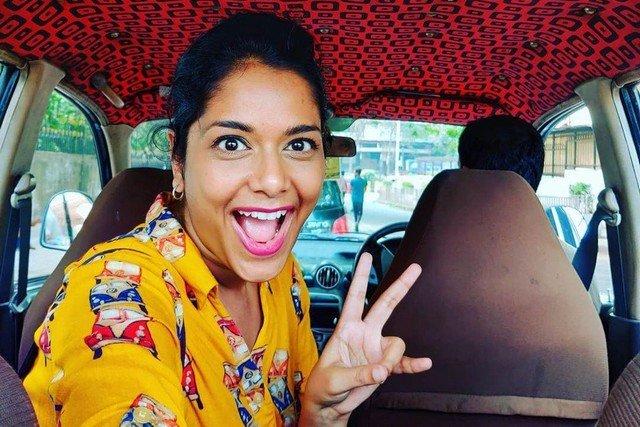 Журналистка уже два года снимает потолки такси в Мумбаи
