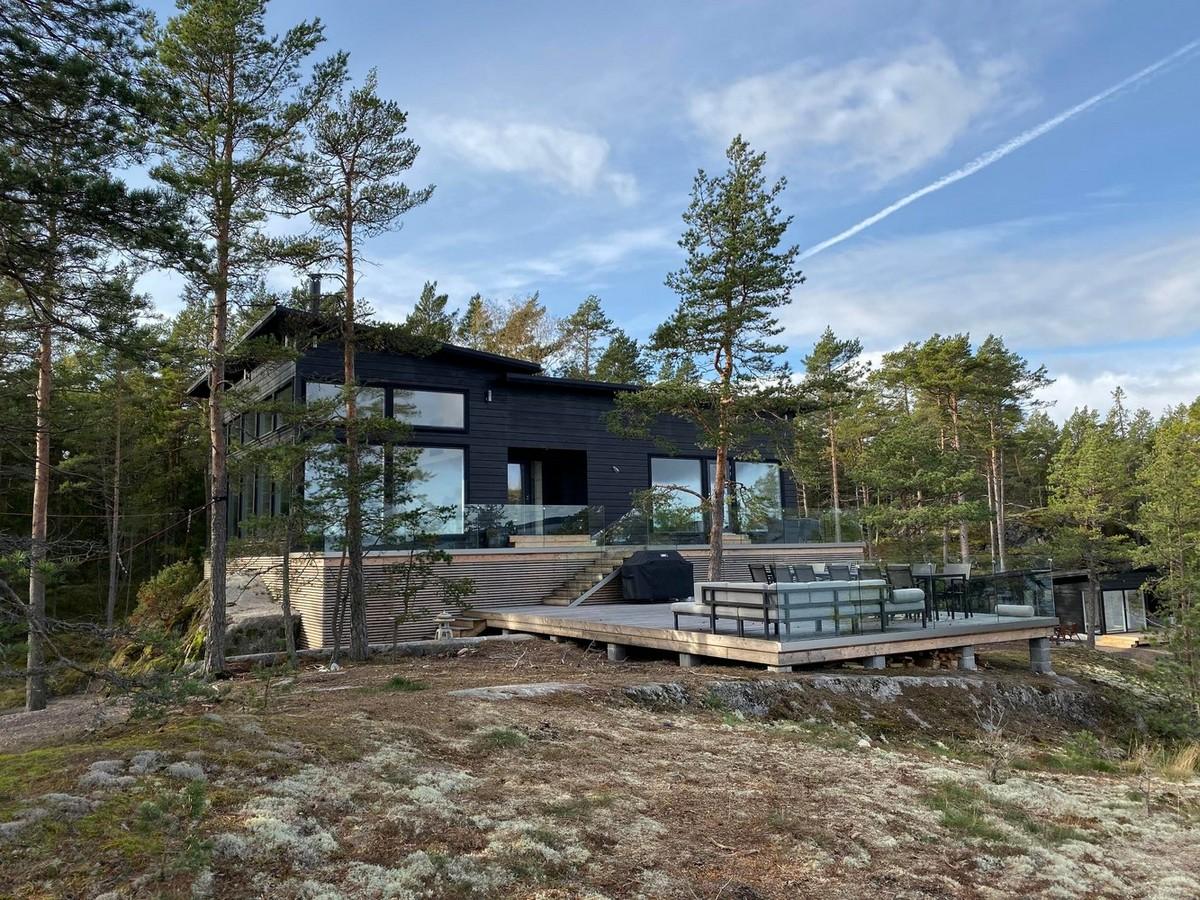 Загородный дом на скалах в Финляндии