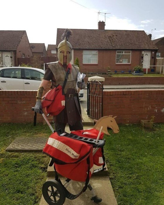 Британский почтальон облачается в забавные костюмы