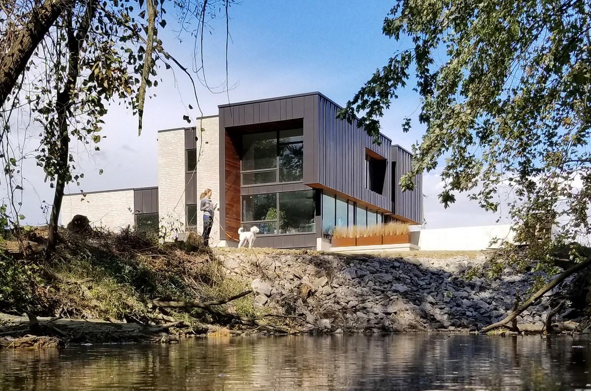 Частный дом для большой семьи на берегу ручья в США