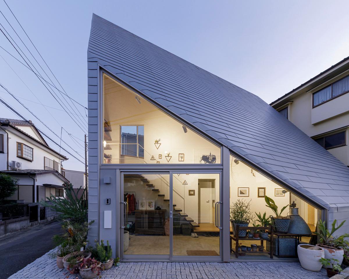 Минималистский треугольный дом в Японии