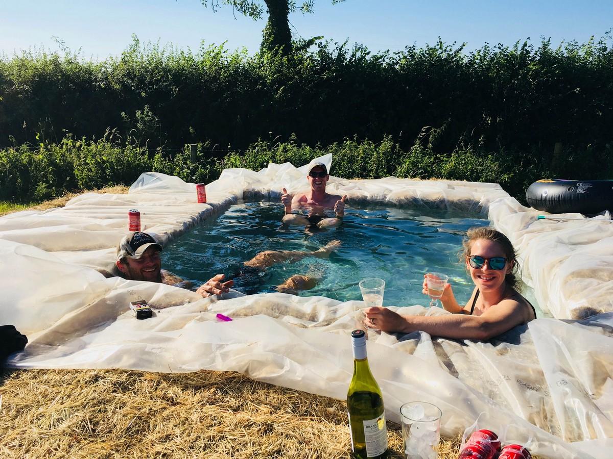 Семья построила бассейн возле дома, используя тюки сена