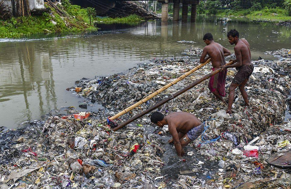 Грязная работа чистильщиков каналов в Бангладеш