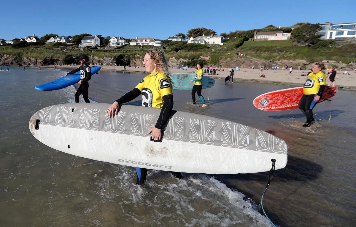 Клуб и школа серфинга для женщин в Великобритании