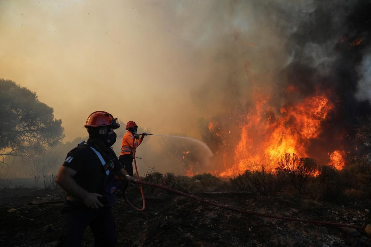 Мощные лесные пожары на юге Греции