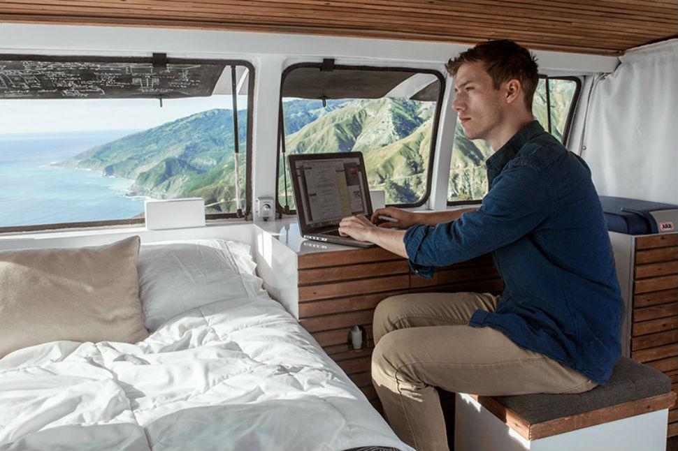 Режиссер превратил старый фургон в мобильную студию