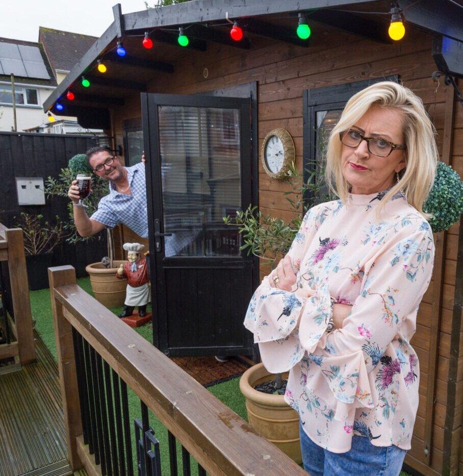 Жена сделала мужу бар на заднем дворе