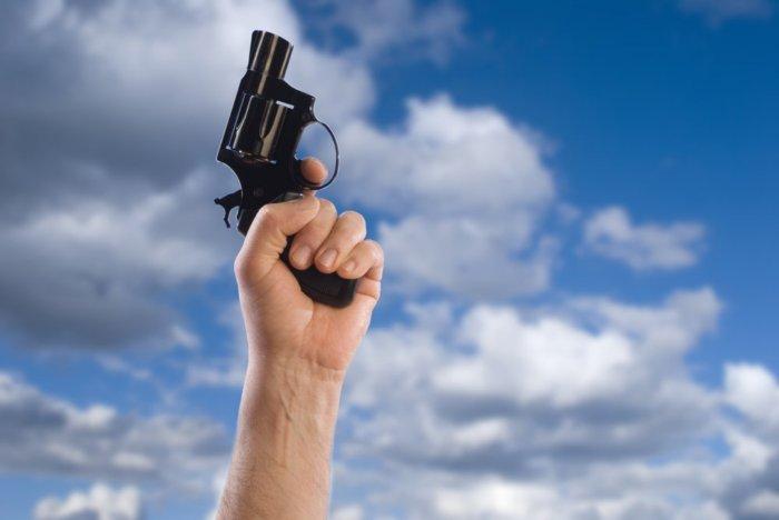 Что происходит с пулей если выстрелить в небо и опасно ли это?